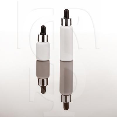 ویال شیشه ایی به رنگ سفید همراه با حلقه ی متالایز نقره ای و مکنده ی ساده یا سیلیکونی